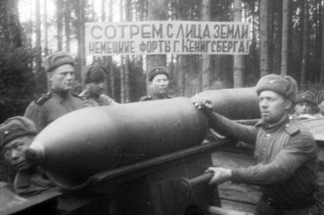 Бойцы батареи капитана В.Лескова подвозят артиллерийские снаряды на подступах к г. Кёнигсбергу. 1945