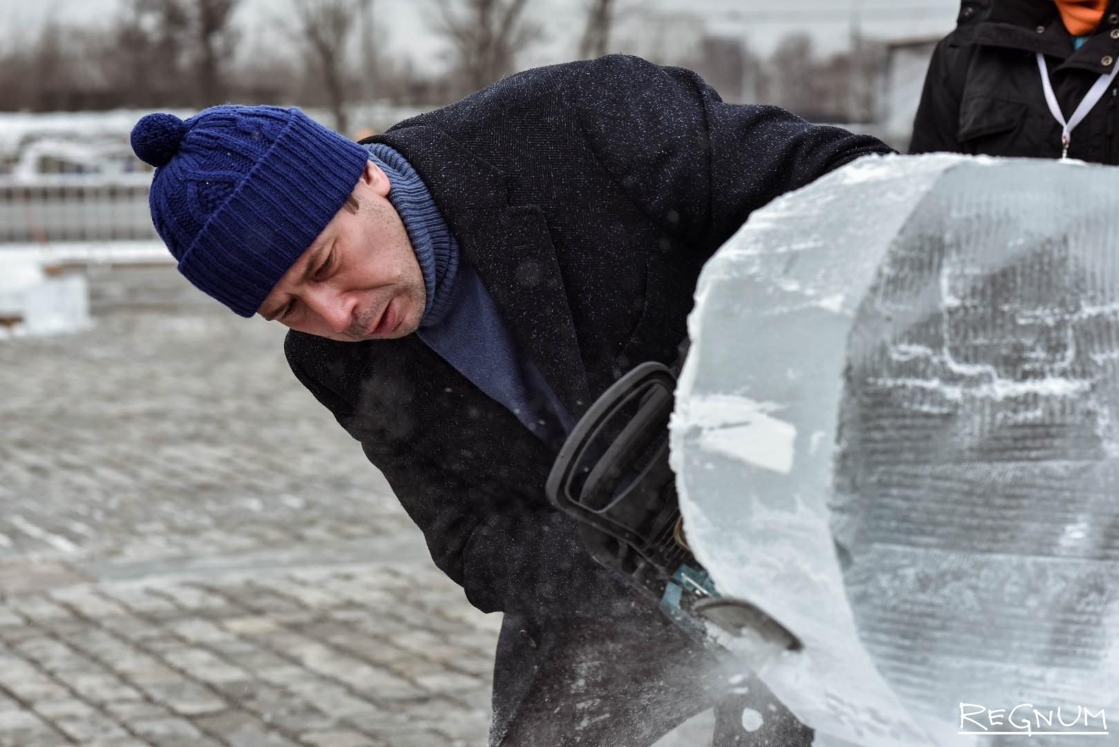 Андрей Мерзликин за созданием ледяной скульптуры