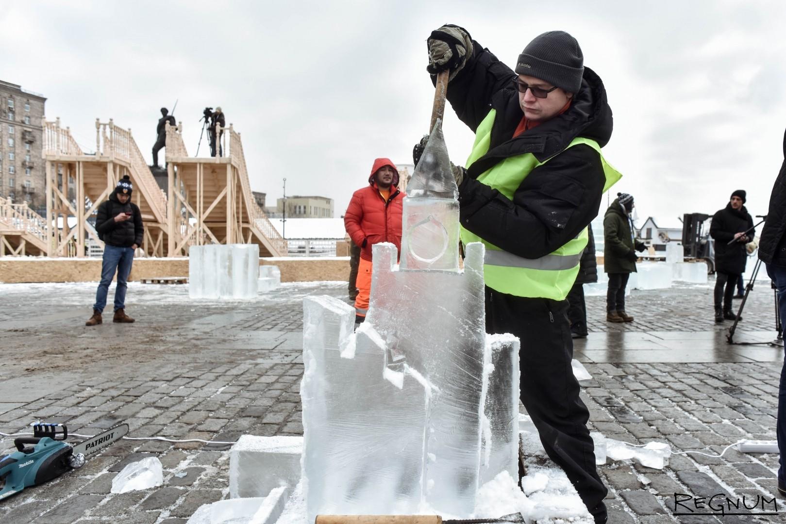 Ледяная скульптура Спасской башни