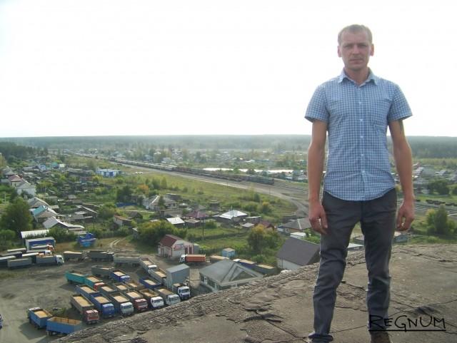 Сотрудник алтайского элеватора на фоне десятков фургонов с зерном. Ажиотаж наблюдался только в начале уборочной кампании, когда цена тонны зерна составляла 7,5 тыс. руб