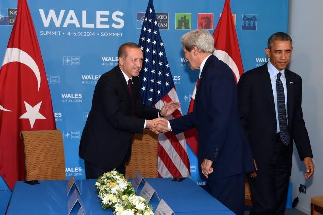 Джон Керри пожимает руку Тайипу Эрдогану перед тем, как присоединиться к президенту Обаме на двусторонней встрече лидеров в кулуарах саммита НАТО. 2014
