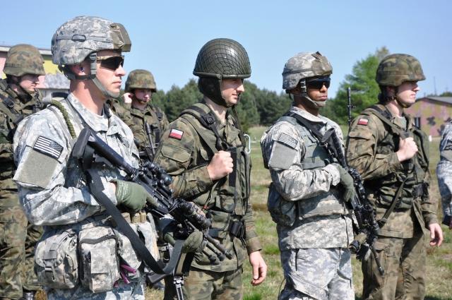 Американские и польские солдаты в ходе штатных учений стран-участниц НАТО. Польша, апрель 2014 года