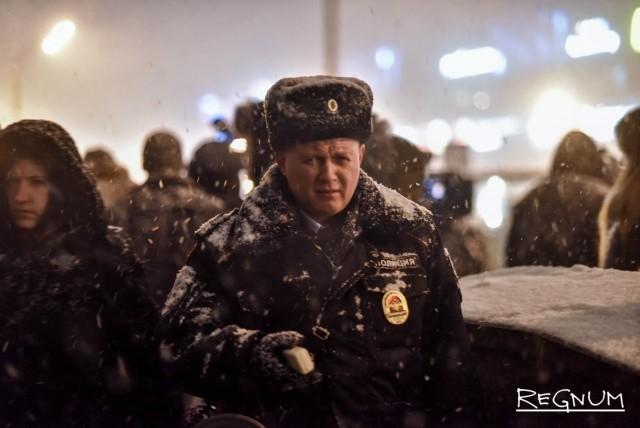 Полиция координирует движение пешеходов на Славянском бульваре