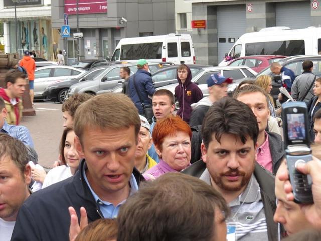 Навальный и Волков на агитационном кубе в Сокольниках