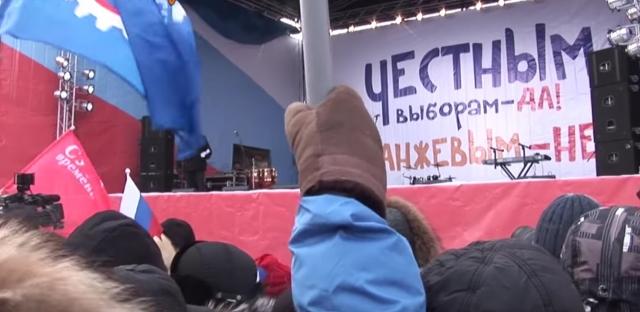 Сцена митинга на Поклонной горе