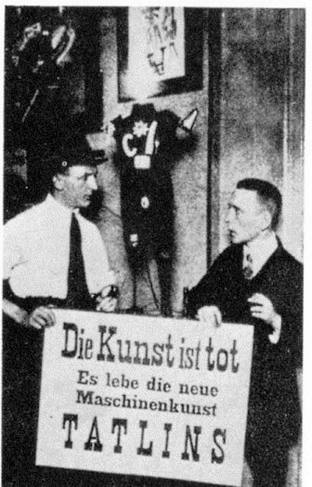 Георг Гросс (справа) и Джон Хартфилд. Надпись на плакате «Искусство умерло. Да здравствует новое машинное искусство Татлина». 1920 г