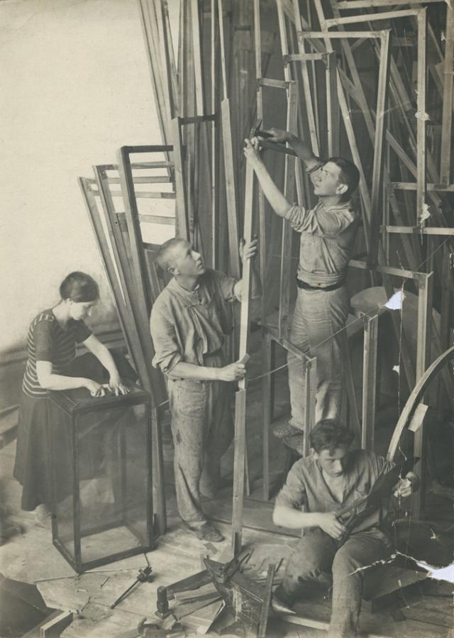 Татлин (центр) и ассистенты, работающие над построением модели башни в 1920 году