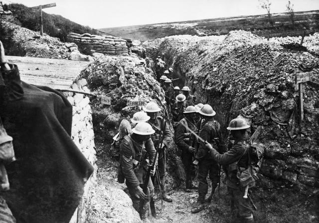 Солдаты 1-го батальона, Ланкаширские фузилеры в коммуникационной траншеи под Бомонтом Хамелем. 1916 год