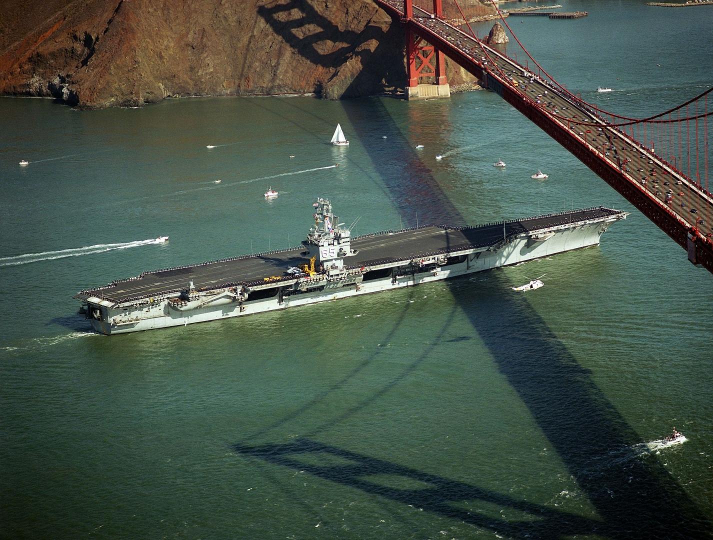 Атомный авианосец «Энтерпрайз» проходит под мостом