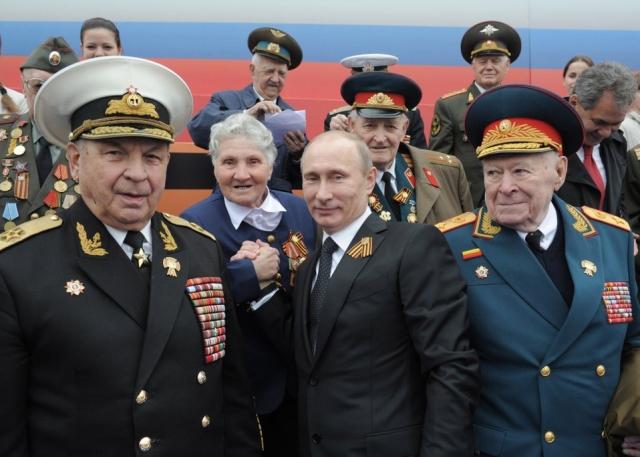 Владимир Путин с ветеранами Великой Отечественной войны на военном параде на Красной площади