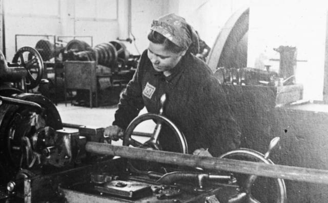 Работница-остарбайтер, занятая на токарном производстве в концерне ИГ Фарбен. 1941 год, район Аушвитца