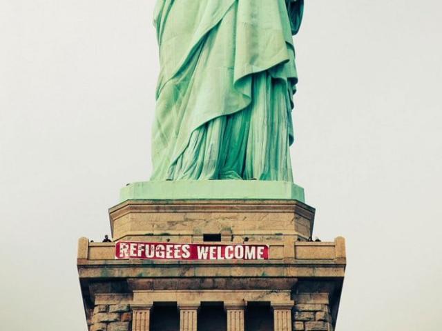 Беженцы, добро пожаловать! на Статуе Свободы