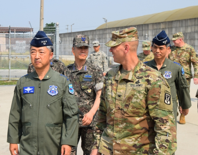 Коммандующий 35-й Противовоздушной Артиллеристской бригады демонстрирует ЗРК «Пэтриот» генералу-лейтенанту Южнокорейской Армии. (ЗРК «Пэтриот» является одним из