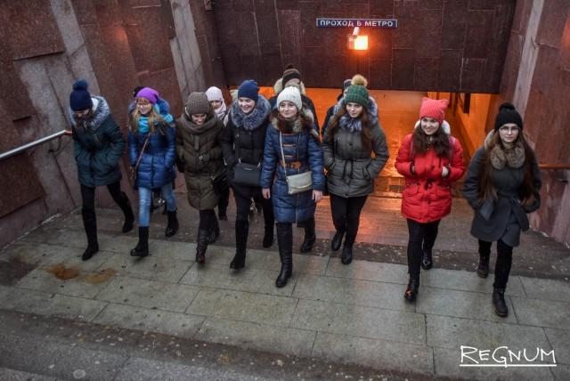 На выходе из метро ребят ждал экскурсовод с интересными рассказами о таком культовом месте как Поклонная гора