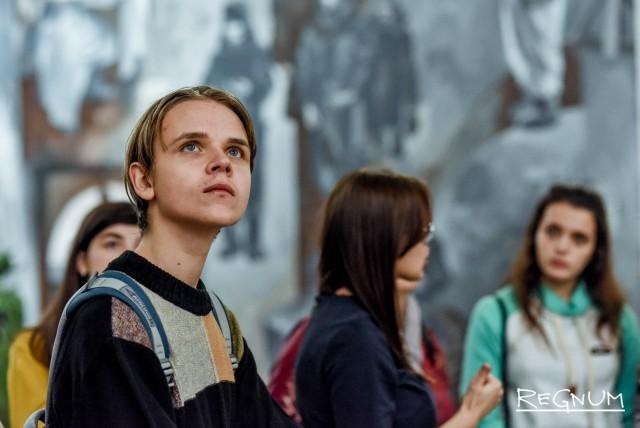 Ребята с интересом слушали рассказ экскурсовода про подвиги Советского народа