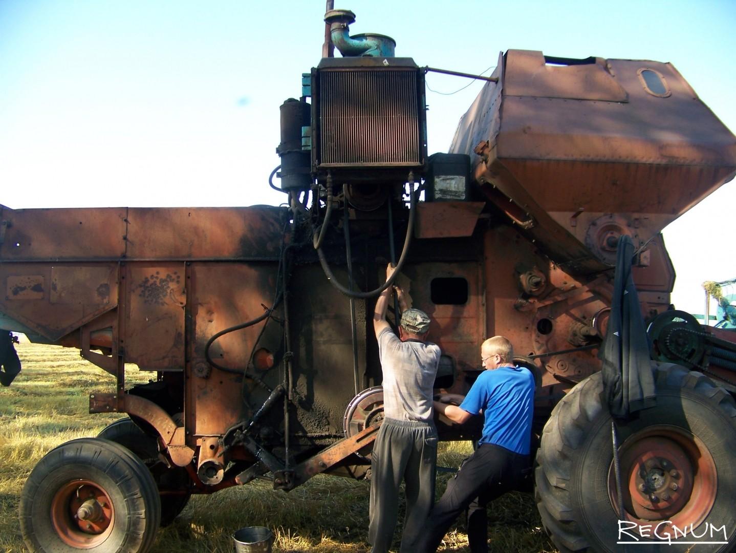 Алтайские хлеборобы чинят старую технику прямо в поле на уборке