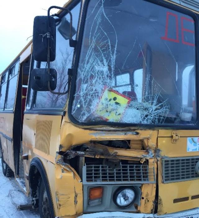 Школьный автобус с детьми врезался в фуру в Чувашии