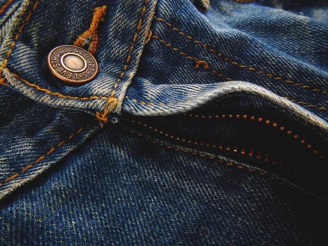 Учёные покрасили джинсы с помощью бактерий