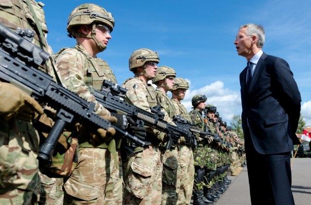 Йенс Столтенберг посещает военную базу НАТО в Польше