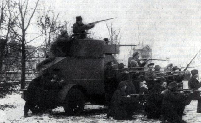Красногвардейцы у броневика
