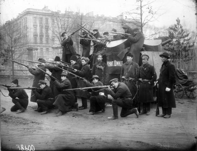 Красногвардейцы Путиловского завода у броневика «Лейтенант Шмидт», захваченного у юнкеров в ночь на 23 октября