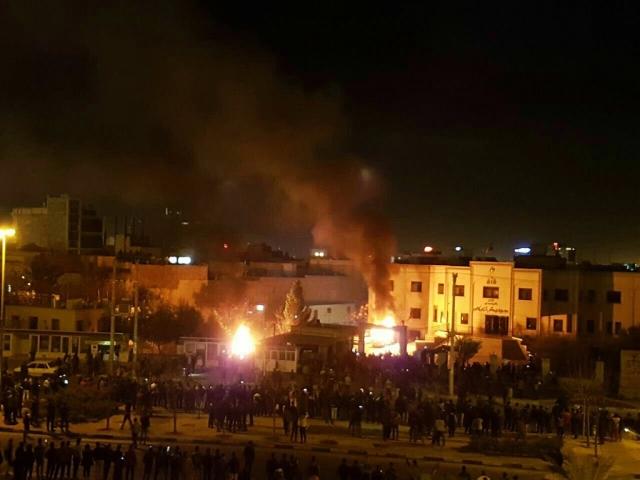 Подожженное протестующими здание прокуратуры в городе Кашан