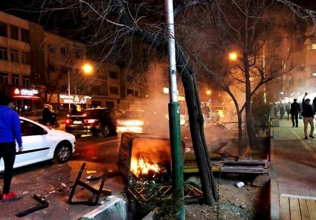 Следы беспорядков на улице Тегерана 30 декабря.