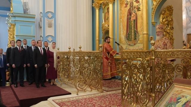 Группа чиновников в православном храме