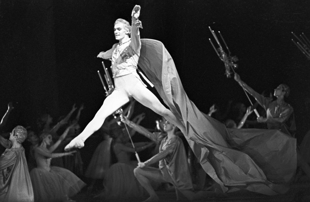 Владимир Васильев в сцене из балета Петра Чайковского «Щелкунчик». 1966