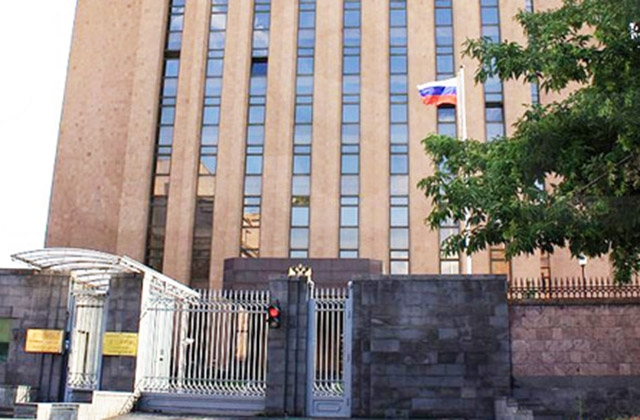 Студенты-сирийцы армянских вузов провели акцию солидарности у посольства России в Ереване
