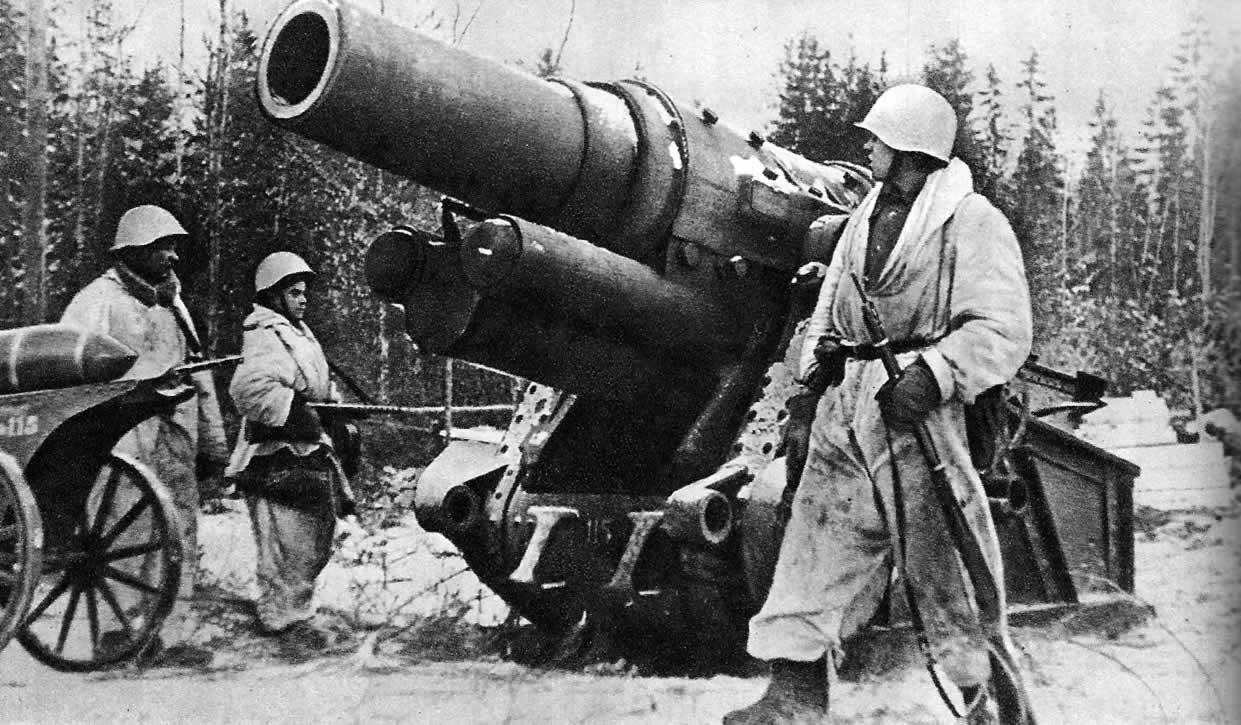 Тяжелая 305-мм мортира M16 чешского производства, захваченная советскими воинами. Район Ленинграда. Январь 1943