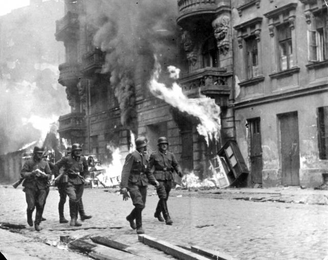 Немцы уничтожают Варшавское гетто. 1943