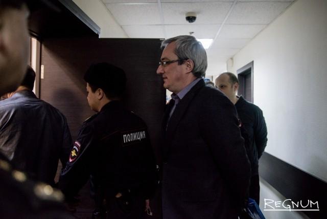 Вячеслав Гайзер в сопровождении судебного пристава заходит в зал заседаний