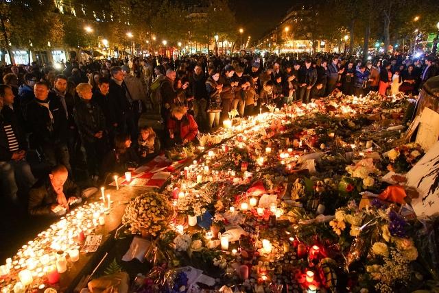 Гражданская служба в память жертв терактов на площади Республики. Париж 15 ноября 2015 года
