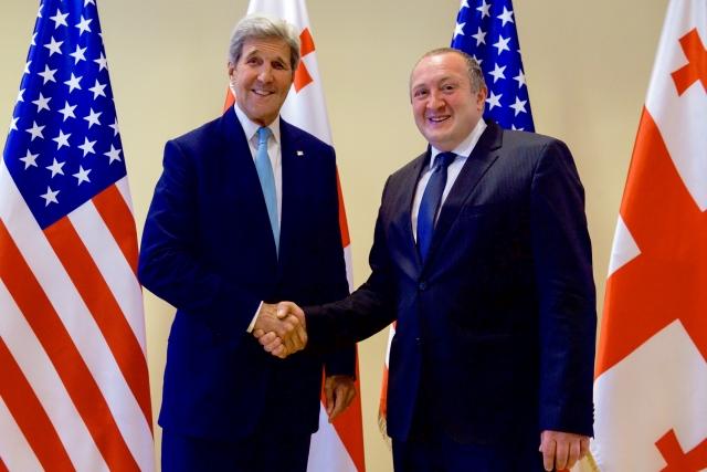 Секретарь Керри и президент Грузии Георгий Маргвелашвили пожимают друг другу руки перед началом двусторонней встречи в Тбилиси