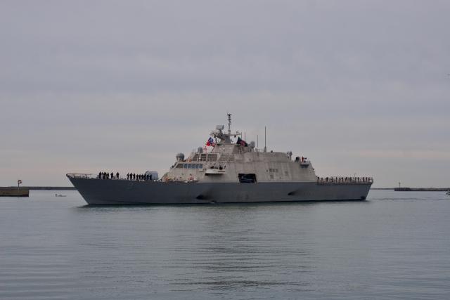 Новый корабль ВМС США застрял во льдах в порту Монреаля