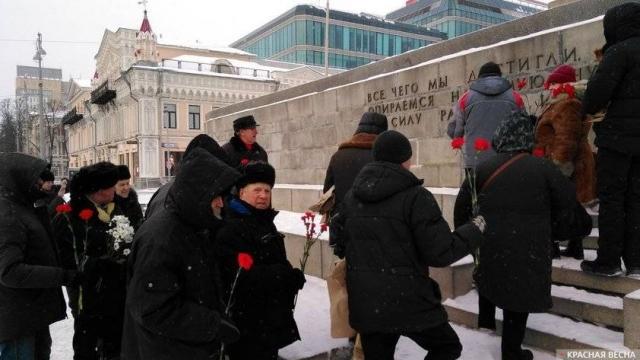 В Екатеринбурге возложили цветы к памятнику Ленину в годовщину его смерти