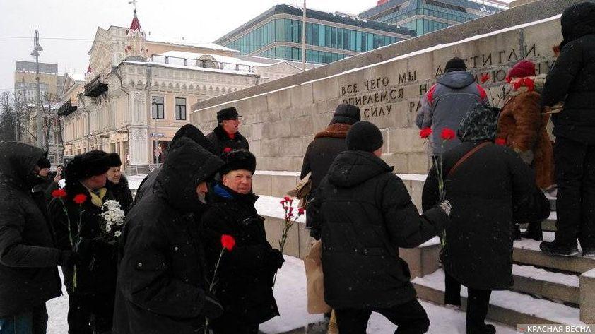 Возложение цветов к памятнику Ленину в Екатеринбурге © ИА Красная Весна