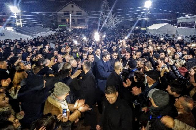 «Здесь ваш дом»: Вучич встретился с тысячами сербов в Косово