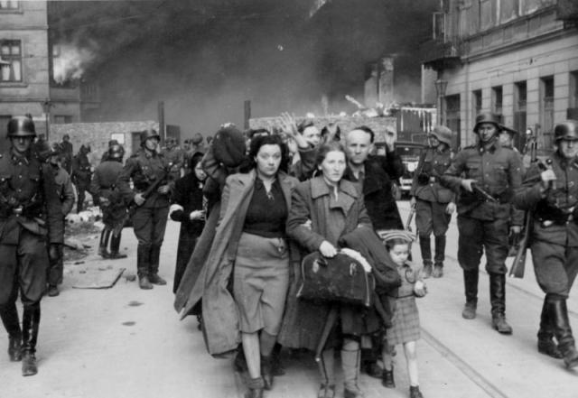 Евреи перегоняются фашистами из варшавского гетто на площадку погрузки