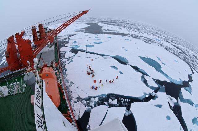 Вид с ледокола «Снежный дракон» на лагерь на дрейфующей льдине