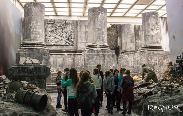 Дети осматривают инсталляцию рейхстага в Музее Победы