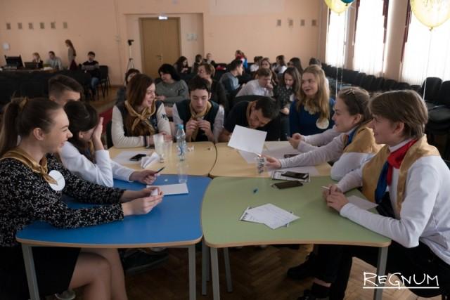 Ребята участвуют в викторине в московской школе