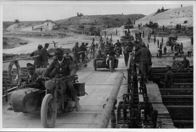 Немецкие моторизованные части переходят через реку Дон