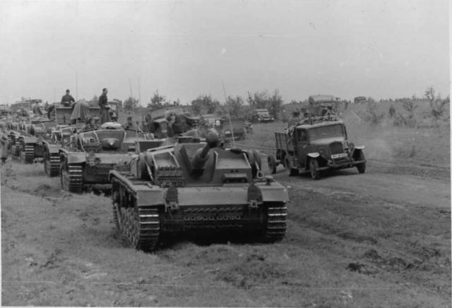Колонна немецких штурмовых орудий идет к Сталинграду