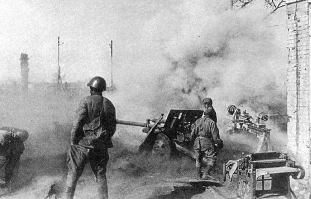 Советская дивизионная пушка ЗиС-3 на огневой позиции в Сталинграде