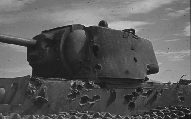 Сгоревший советский тяжелый танк КВ-1