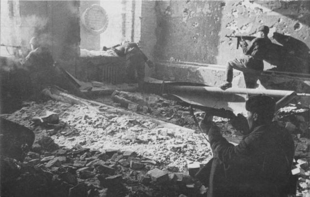Бойцы Красной армии ведут бой в здании