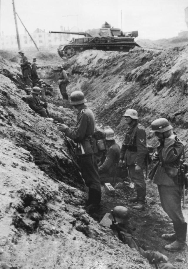Немецкие пехотинцы и танки готовятся к атаке в Сталинграде