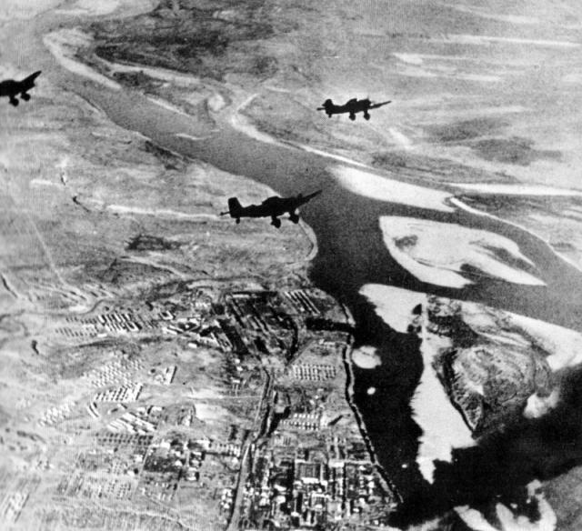 Самолеты люфтваффе в небе над Сталинградом